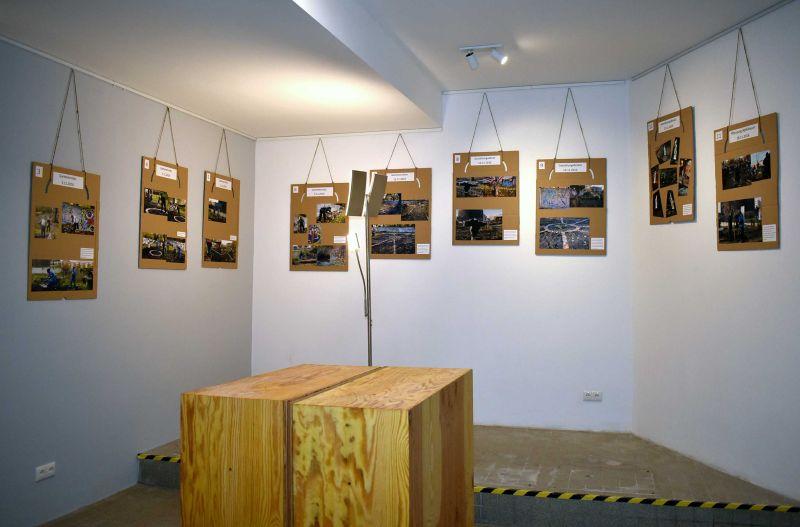 Foto der Waschküche mit Bildern der Ausstellung